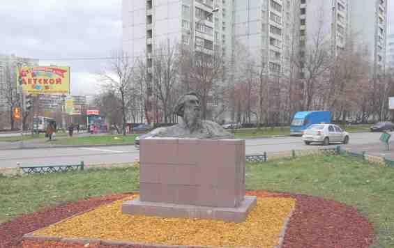 Москва. Улица Коненокова. Бюст скульптора Конёкова